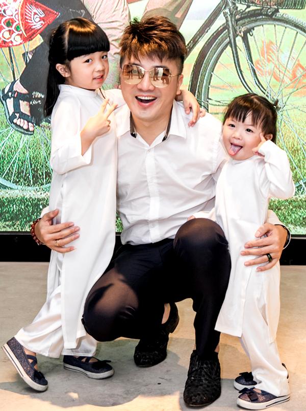 Con gái lớn của nam ca sĩ là bé Shu năm nay 3 tuổi còn con út mới 1 tuổi. Hai nhóc tỳ rất lém lỉnh, đáng yêu.