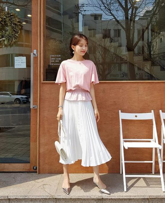Trang phục pastel tạo nên cảm giác dịu mắt và luôn được ưa chuộng trong mùa nắng. Áo tay lỡ thắt chun phần eo, chân váy dập ly mềm nhẹ sẽ khiến chị em công sở thanh thoát khi đi làm.
