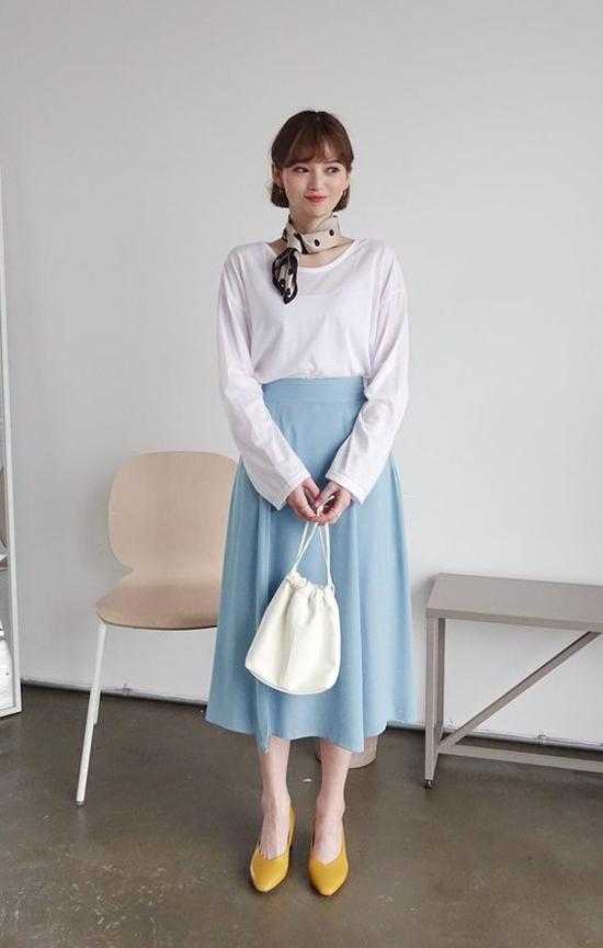 Chân váy midi vẫn là lựa chọn hàng đầu của các bạn gái Hàn Quốc vào mùa nắng. Bởi chúng dễ phối đồ và đề cao tính thoáng mát cho người sử dụng.