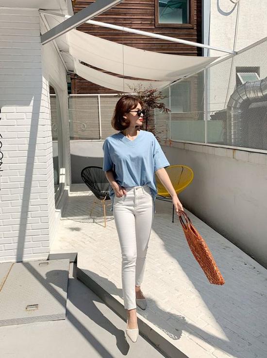 Đến văn phòng vào ngày nắng cực điểm, chính cách lựa chọn trang phục sẽ giúp các bạn gái phần nào dễ chịu hơn.