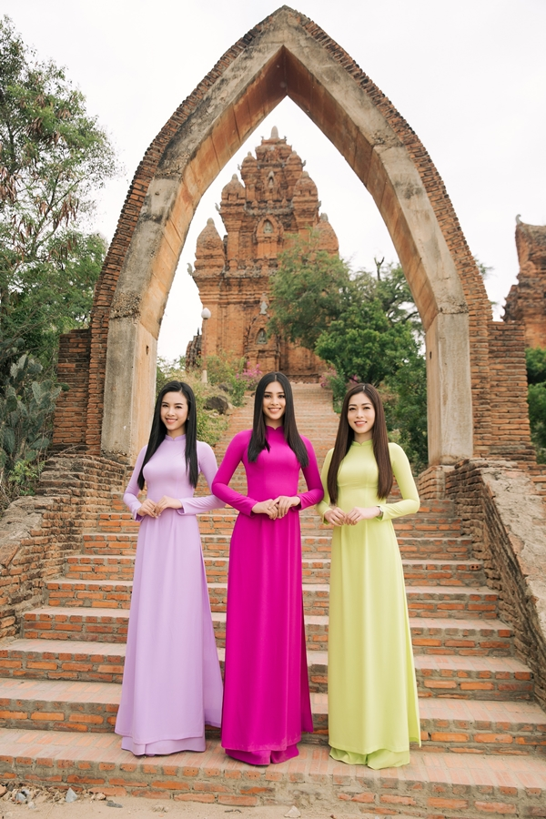 Hoa hậu Việt Nam 2018 Tiểu Vy (giữa), Á hậu 1 Phương Nga (phải), Á hậu 2 Thúy An (trái) đảm nhận vai trò đại sứ lễ hội Nho vang Ninh Thuận lần 3 năm 2019.