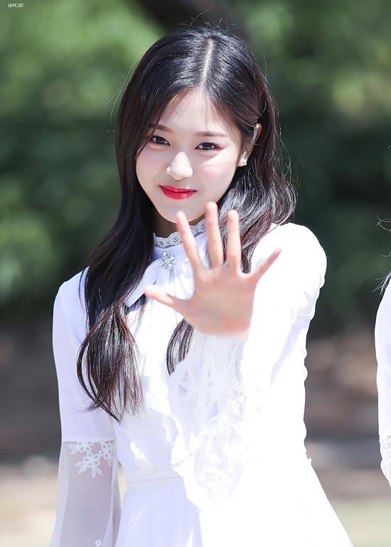 Hyun Jin sinh năm 2000, là thành viên thứ 2 trong nhóm nhạc nữ Loona được thành lập bởi Blockberry Creative – công ty con của Polaris Entertainment. Mỹ nhân là thành viên thứ hai trong tổng số 12 thành viên của Loona, cô đảm nhiệm vai trò visual (gương mặt của nhóm), hát và nhảy chính. Sở hữu gương mặt được cho là sự kết hợp của hai nhan sắc đình đám Tzuyu (TWICE) và Na Eun (A Pink), Huyn Jin được dự đoán sẽ trở thành tượng đài nhan sắc của dàn Idol thế hệ 3 trong tương lai.
