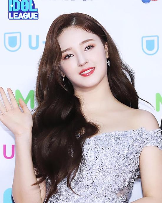 Nancy là một trong những bông hồng lai nhận được nhiều sự yêu thích của giới trẻ Hàn Quốc. Thuở thơ ấu, mỹ nhân chủ yếu sinh sống ở Ireland và Mỹ, đến năm 2009 cô quay trở về Hàn Quốc và trở thành thực tập sinh của Nega Network. Thông qua chương trình Finding Momoland được phát sóng trên kênh truyền hình Mnet, Nancyra mắt với tư cách Idol của nhóm nhạc Momoland vào năm 2016. Cô đảm nhận vai trò gương mặt đại diện và hát chính trong nhóm. Hiện tại, Nancy cùng các thành viên dành thời gian chuẩn bị cho màn comeback trong năm nay.