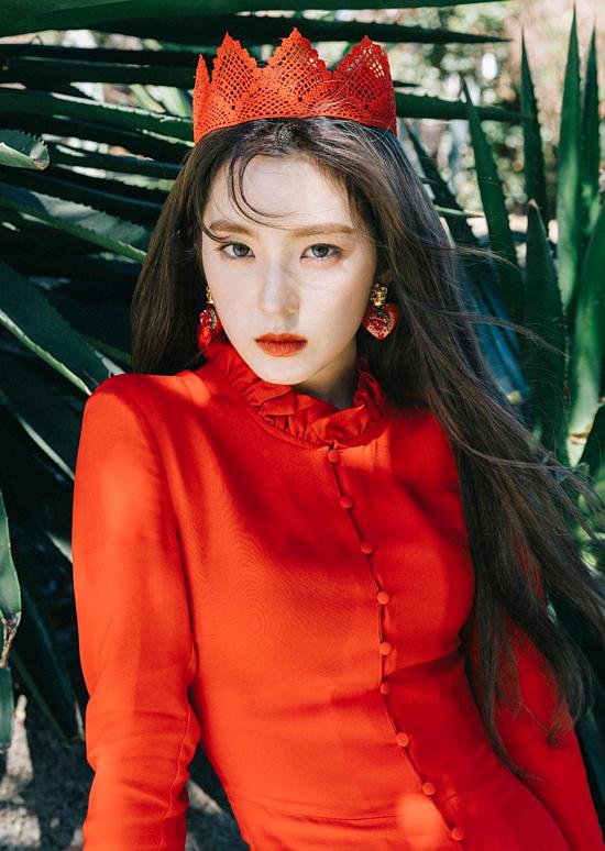 Thường được biết đến với biệt danhnữ thần băng giá, Irene sở hữu nhan sắc cuốn hút người nhìn ngaytừ khoảnh khắc đầu tiên. Năm 2015, cô ra mắt với tư cách là leader đảm nhiệm vị trí visual, rap của nhóm nhạc dưới trướng SM Entertainment - Red Velvet. Tuy gương mặt xinh đẹp nhưng thần thái lạnh lùng của Irene nhiều lần khiến cô phải nhận nhiều gạch đá từ antifan. Hiện tại, Irene cùng các thành viên chưa ra mắt thêm sản phẩm mới sau khi phát hành ca khúc Bad boy đầu năm nay.