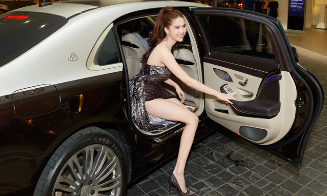 Ngọc Trinh ngồi xe 12 tỷ đi sự kiện
