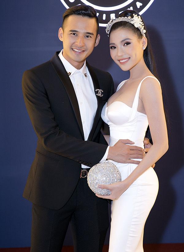Vợ chồng Thúy Diễm - Lương Thế Thành thường xuyên tình tứ sánh đôi tại các sự kiện.