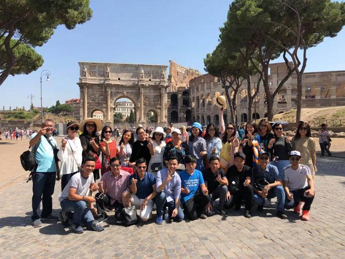 Đoàn du khách Việt trước Đấu trường La Mã (Italy).