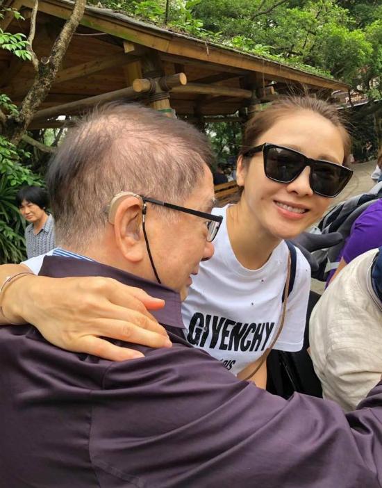 Nữ diễn viên trông rất hào hứng khi du lịch với gia đình.