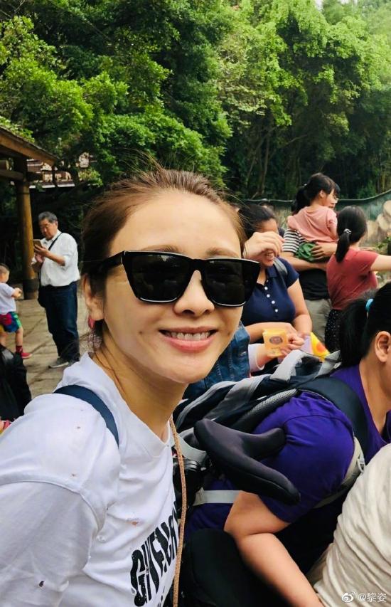 Lê Tư hôm 24/4 đăng loạt ảnh gia đình cô đi chơi công viên ở Hong Kong, kèm theo dòng chia sẻ: Đã lâu rồi tôi không cùng bố mẹ và em trai đi du lịch. Nhân dịp nghỉ lễ này, tôi cùng các con đi chơi với mọi người trong gia đình. Tôi cùng con chơi các trò chơi, ngắm các con thú. Nhìn chúng vui đùa, tôi như quay trở về thời thơ ấu. Lúc còn nhỏ, tôi và em trai thường đi du lịch với bố mẹ.