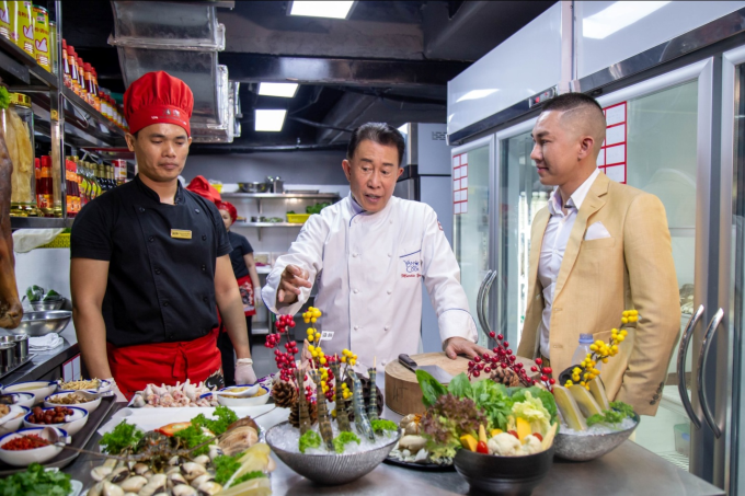 Mr. Yan còn gợi ý cho đầu bếp nhà hàng bí quyết để thực khách dùng súp vi cá thượng phẩm và lẩu bong bóng cá một lần sẽ nhớ mãi hương vị của món ăn.
