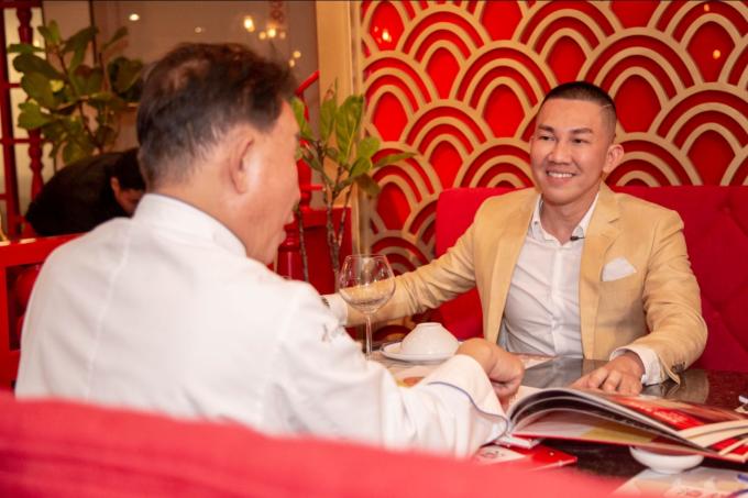 Mr. Yan và người có công mang thương hiệu nhà hàng lẩu khói Hương Cảng về Việt Nam - ông Bảo Nguyễn có màn đối ẩm thú vị. Trong buổi gặp mặt vừa qua, Mr. Bảo Nguyễn giới thiệu với đầu bếp nổi tiếnghai món mới là súp vi cá thượng phẩm và lẩu bong bóng cá.