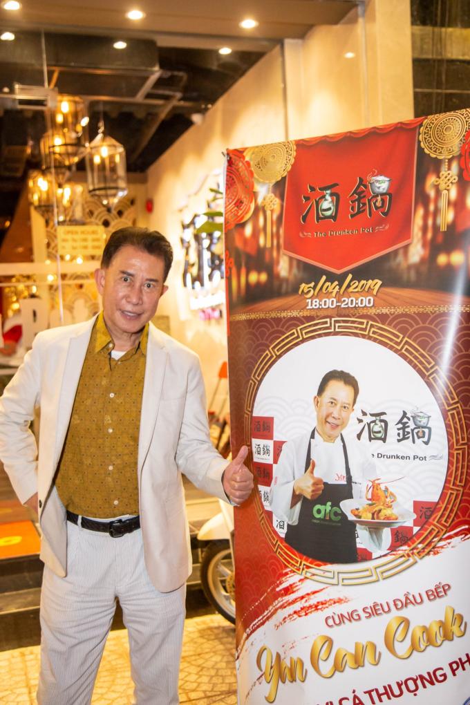 Chủ xị Yan Can Cook vui vẻ khi được tiếp đón nồng hậu. Ông đánh giá cao không gian đa văn hóa và thái độ phục vụ tốt của đội ngũ nhân viên nhà hàng.