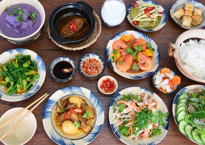 Tại đây, du khách có thể thưởng thức những món ăn Việt được biến tấu cùng cách bày trí hiện đại. Không gian hiện đại, món ăn đa dạng, giá cả hợp lý là những điểm cộng của Kieu Garden. Địa chỉ: 13 - 15 Nguyen Phuc Chu, Hội An. Điện thoại: 090 581 89 08. Fanpage: Kieu Garden.