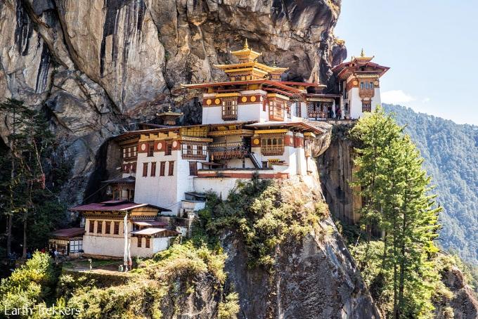 Tu viện Paro Taktsang Palphug (hay còn gọi Tigers Nest - Hang hổ) là một thắng cảnh nổi tiếng ở Bhutan, được xây dựng năm 1692 và nằmbên vách đá thẳng đứng có độc cao hơn 3.000m. Kiến trúc lộng lẫy, sự trang nghiêm cùng vị trí đặc biệt giúpTigers Nest thu hút đông đảo khách du lịch từ khắp thế giới.Ảnh: Earth Trekkers.