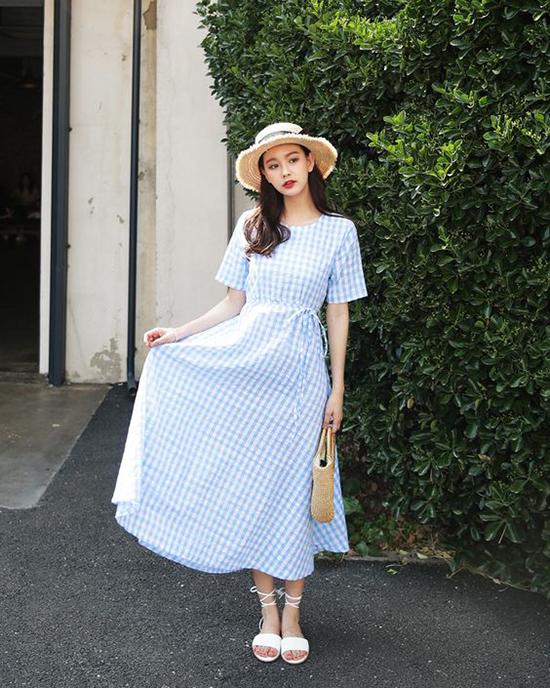 Ra phố vào mùa này, các nàng sẽ trở nên cuốn hút hơn với các kiểu váy liền thân nhấn eo nhẹ nhàng. Phụ kiện đi kèm vớicác kiểu mũ nan thường cósandal và túi cói.