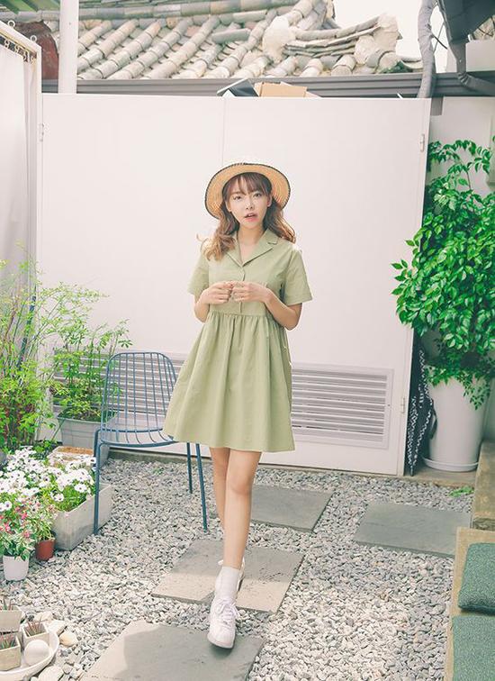Nếu yêu style trẻ trung, xinh xắn, các nàng có thể lựa những kiểu váy ngắn, cổ vest để phối cùng mũ nan, giầy đế bệt.