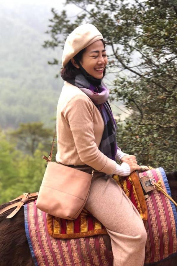 Đường đi đến Tigers Nest vô cùng khó khăn, đặc biệt với người có sức khoẻ yếu như Mai Phương. Từ tối hôm trước, côngủ sớm để chuẩn bị sức lực. Thay vì đi bộ, nữ diễn viên được cưỡi ngựa.