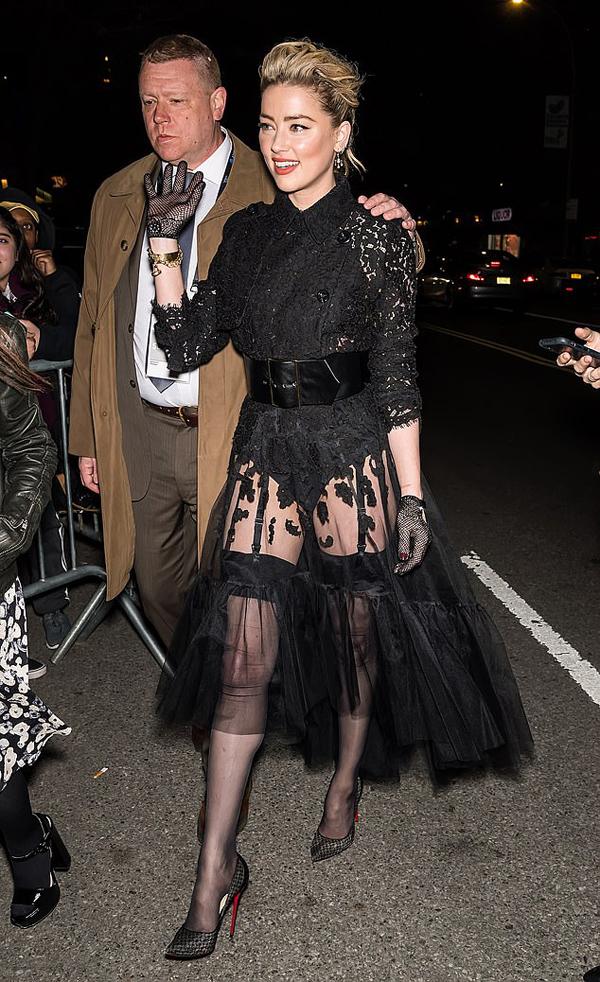 Amber Heard được vệ sĩ hộ tống tới liên hoan phim Tribeca tối thứ 7, 27/4 - nơi ra mắt bộ phim Gully của cô.