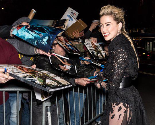 Nữ diễn viên rạng rỡ ký tặng người hâm mộ tại liên hoan phim.