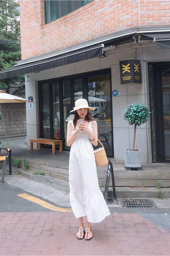 Chọn các phụ kiện mây tre đan thủ công để phối cùng váy trắng cũng là công thức quen thuộc và luôn mang lại hiệu quả cao. Đây cũng là set đồ được nhiều bạn gái yêu chọn lựa khi đi dạo phố, du lịch trong mùa hè.