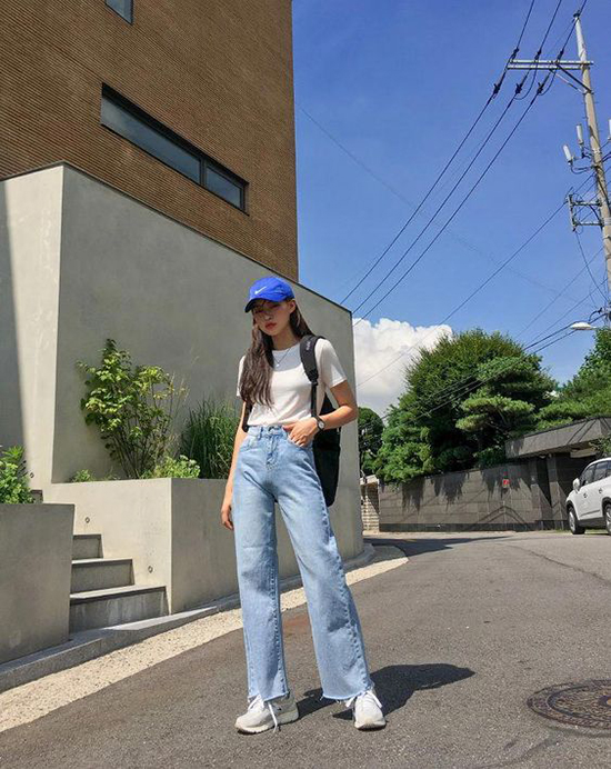 Jeans xanh và thun trắng thường mang tới nét khoẻ khoắn và khiến người mặc trẻ trung hơn tuổi. Phối hợp cùng set đồ này là sneaker, mũ lưỡi trai và ba lô.