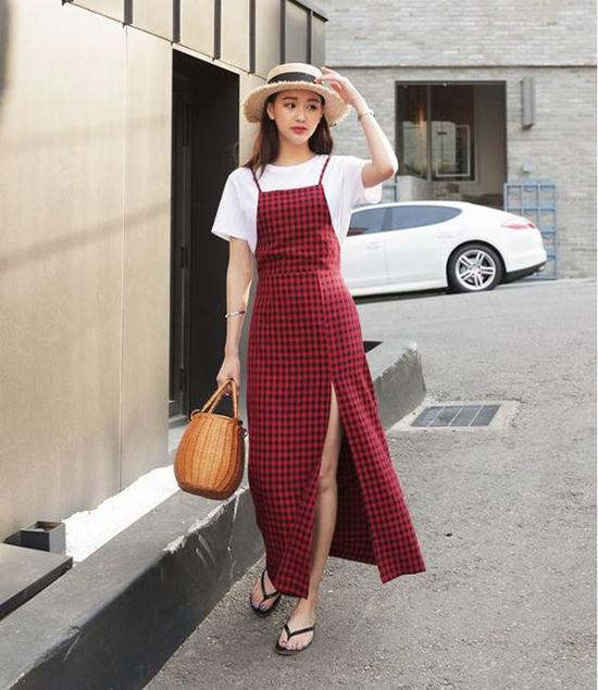 Đi đôi với các kiểu mũ nan thời trang, các thương hiệu còn giới thiệu nhiều kiểu túi đan thủ công để giúp phái đẹp thoả sức mix đồ.