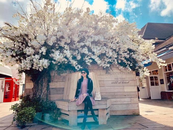 Hoa hậu Giáng My khoe streetstyle thanh lịch trong chuyến thămnước Anh.