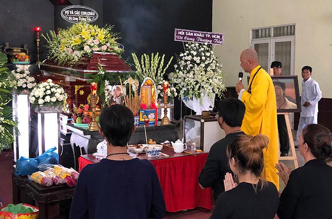 Nghệ sĩ Lê Bình ra đisáng 1/5, sau gần một năm chống chọi với bệnh ung thư phổi. Lễ viếng anh được tổ chức chiều cùng ngày tại Nhà tang lễ Bộ Quốc Phòng, quận Gò Vấp, TP HCM.