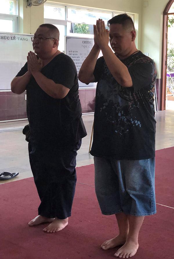 Minh Béo cùng anh trai chắp tay tiễn biệt đàn anh trong nghề.