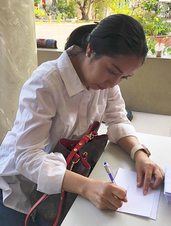Ốc Thanh Vân xót xa khi lần lượt chia tay nhiều đàn anh gạo cội. Mới tháng trước cô và đồng nghiệp mới tiễn biệt nghệ sĩ hài Anh Vũ.