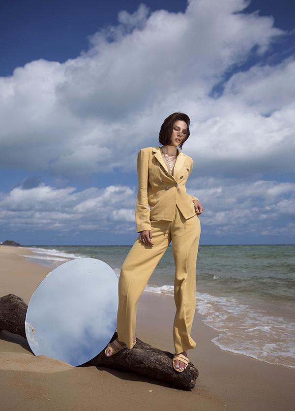 Ngoài các mẫu thiết kế mặc hàng ngày làsơ mi & quần tây, Minh Triệucòn cho ra mắt các mẫu đầm cũng như suits thanh lịch, dòng sản phẩm sơ mi thêu logo.