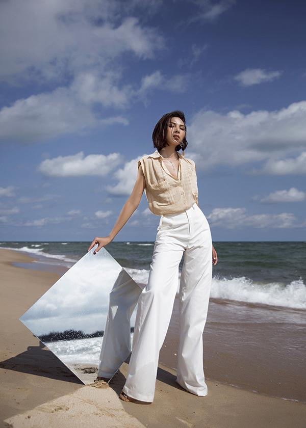 Theo Minh Triệu, thay vì sợ nắng nóng, bạn hoàn toàn có thể chọn cách tận hưởng nó, bằng cách chọn những trang phục thoải mái,mát mẻ.
