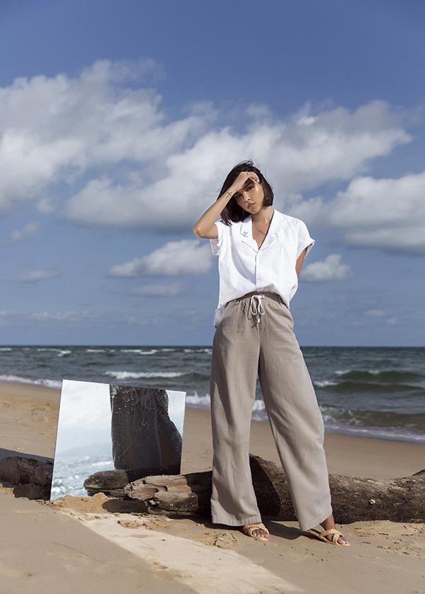 Đề cao sự giải phóng hình thể, Minh Triệu tận dụng các chất liệu vải thô, vải dệt tự nhiên để mang đến cảm giác nhẹ nhõm qua các mẫu áo quần phom dáng rộng.