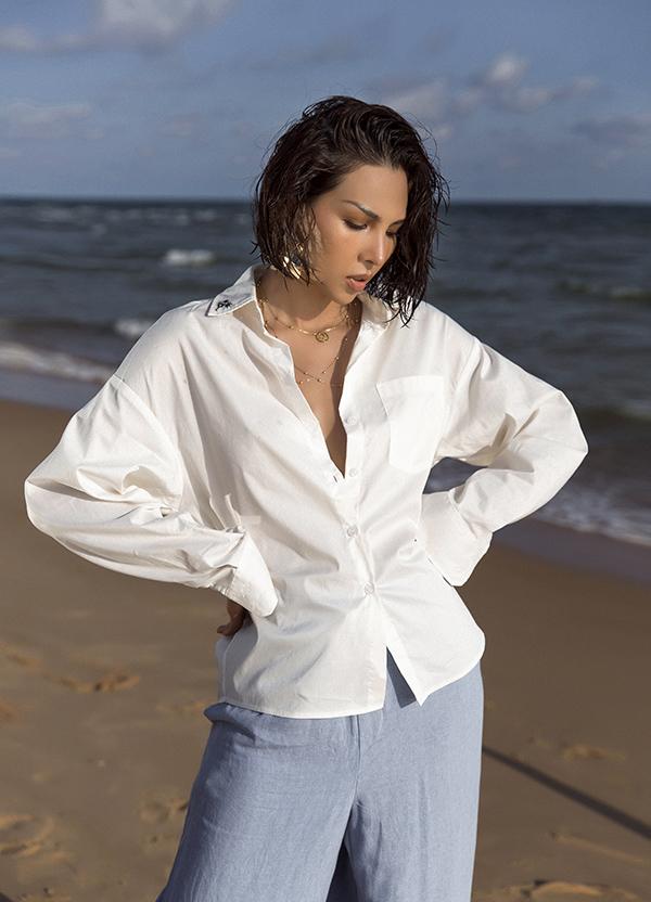 Sơ mi xệ vai, quần suông ống rộng có thể sử dụng khi đi dạo phố, mua sắm và vẫn giúp phái đẹp thể hiện nét cá tính khi mix đồ đi biển.