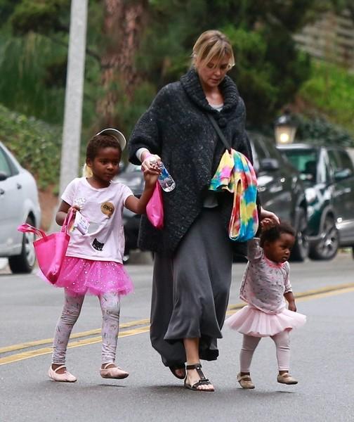 Nữ diễn viên bên hai con gái.