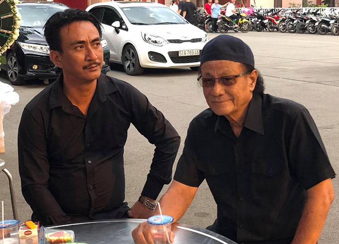 Đạo diễn Lê Cung Bắc (phải) và nhiều đồng nghiệp đến chia buồn với gia đình Lê Bình.