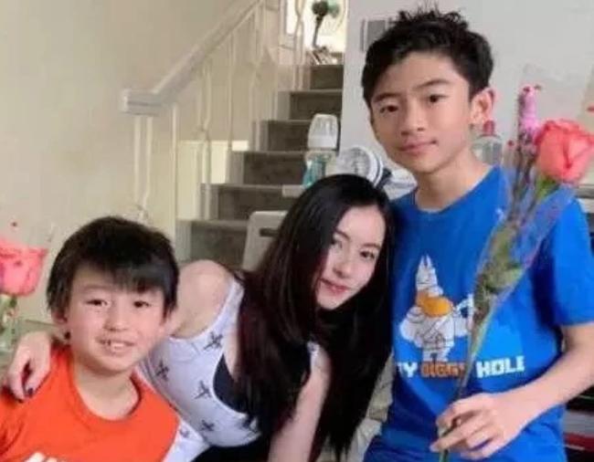 Hai con của Tạ ĐÌnh Phong hiện do vợ cũ Trương Bá Chi nuôi dưỡng.