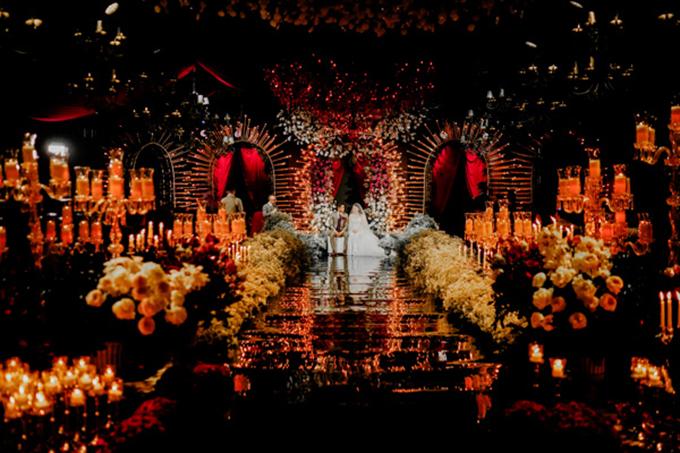 Không gian cưới của uyên ương được tô điểm bởi hàng ngàn bông hoa, đem đến sự lãng mạn.