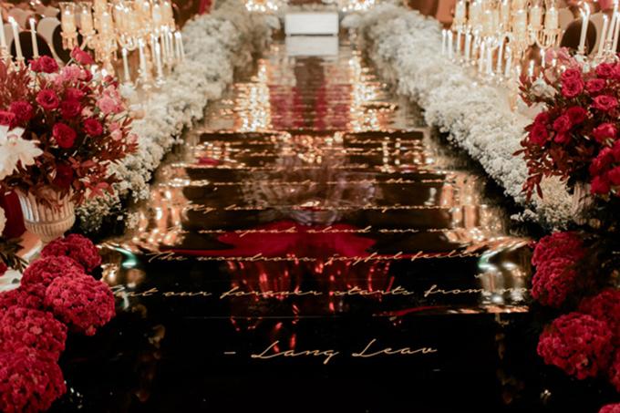 Trên lễ đường là những dòng thơ được viết theo chữ nghệ thuật Calligraphy, mang đến sự hiện đại.