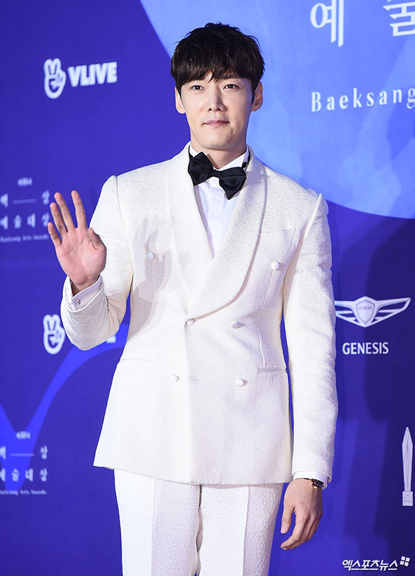 Choi Jin Hyuk chọn vest trắng cho sự kiện. Anh vào vai cận vệ bên cạnh hoàng hậu Jang Na Ra trong phim Hoàng hậu cuối cùng đạt rating cao hồi tháng 3.