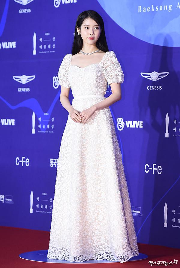 Đối lập với đàn chị, nữ ca sĩ IU lựa chọn phong cách ngọt ngào với đầm công chúa màu trắng.