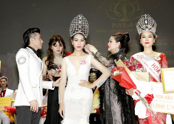 Ngô Ngọc Mỹ (váy trắng)sở hữu vẻ ngoài xinh đẹp, vóc dáng cân đối.