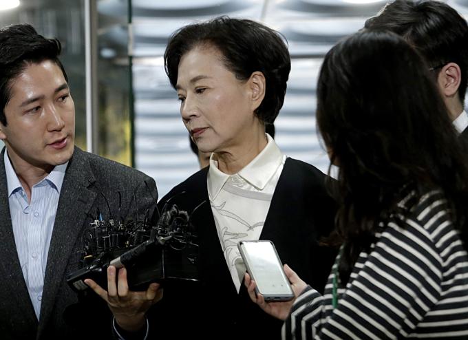 Bà Lee Myung-hee hầu tòa với con gái sau khi chông mất tháng trước. Ảnh: AP.
