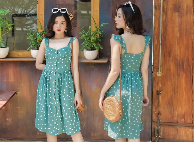 Váy đính nút phong cách cổ điển thiết kế dây cánh tiên, kết hợp cùng túi đeo chất liệu mây tre là lựa chọn cho cô nàng mùa hạ.