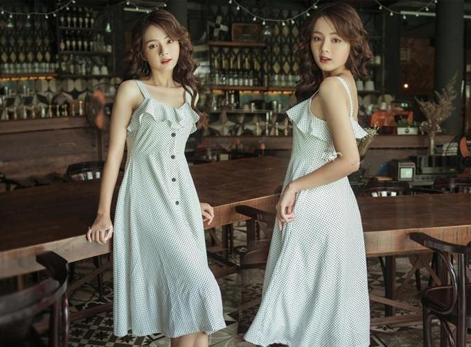 Thiết kế hai dây, bèo nhún cùng hàngnút cài trước, đầm bi xòe từ thương hiệu KIMI phù hợp cho bạn gái mặc xuống phố gặp gỡ bạn bè.