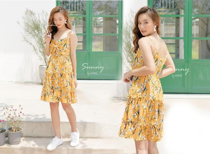 Cùng thiết kế, mẫu đầm hai dây thắt nơ ngực màu vàng giúp bạn gái rực rỡ dưới nắng hè.