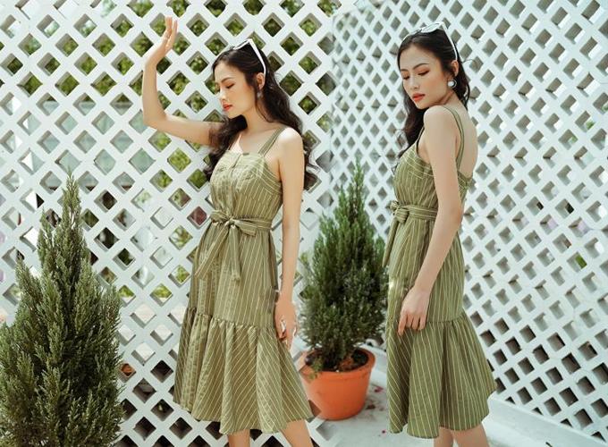 Đầm hai dây xanh chất liệu tơ gân,thiết kế đuôi cá thắt nơ eo giúp tôn vóc dáng cho bạn gái. Sản phẩm được bán giá 490.000 đồng.