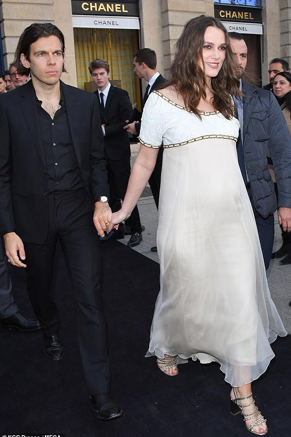 Nữ diễn viên Cướp biển vùng Caribbean tay trong tay cùng ông xã - nhạc sĩ James Righton tới dự sự kiện.