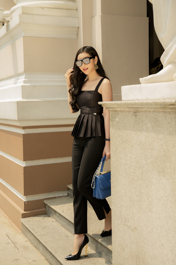 Áo hai dây được chăm chút kỹ lưỡng về phom dáng để tông vòng eo thon, bờ vai nuột nà của người mặc. Quần tây xẻ ống đi kèm càng làm tăng thêm nét hiện đại và năng động cho bạn gái.