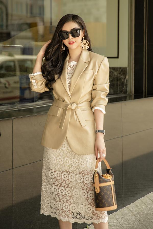 Váy ren xuyên thấu kết hợp cùng blazer sẽ giúp bạn gái thể hiện tinh thần thời thượng khi đi làm hay tham gia các sự kiện quan trọng.